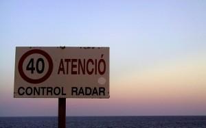 Attenzione autovelox: in altri Paesi i cartelli sono ben chiari