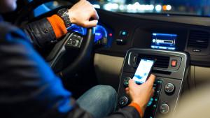 Guida e smartphone in mano: allarme